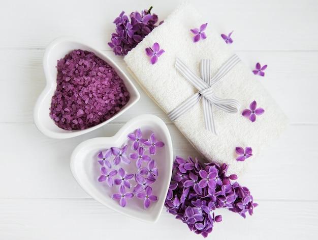 Badekurorttuch und lila blumen