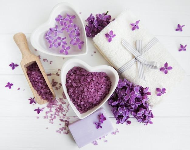Badekurorttuch- und -massageprodukte mit lila blumen