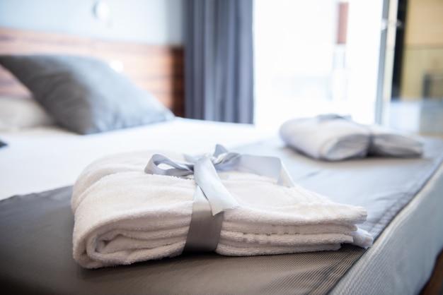 Bademantel auf dem bett im hotelzimmer