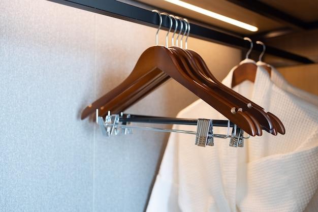 Bademantel und kleiderbügel im hotel