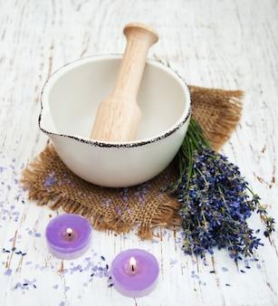 Badesalz und frischer lavendel