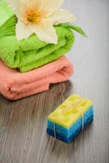 Badeschwamm seifenblume und handtücher