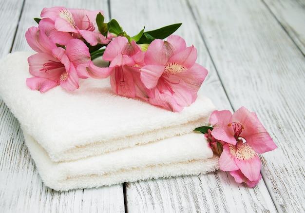 Badetücher und alstroemeriablumen