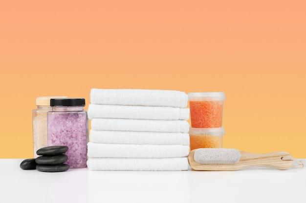 Badetücher und spa-salz auf weißem tisch