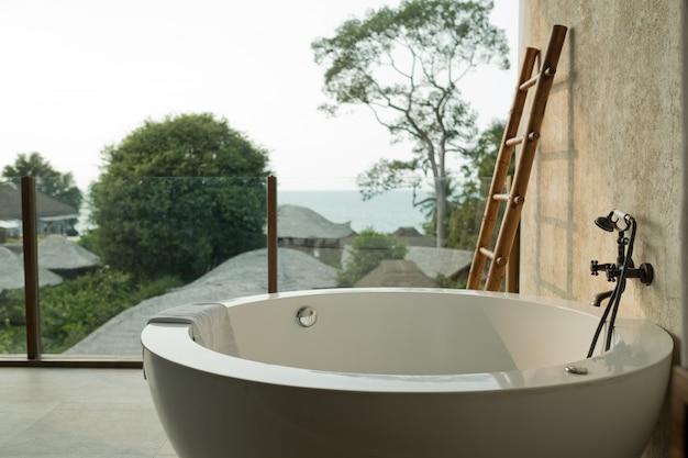 Badewanne auf dem boden, entspannen sie sich im urlaub