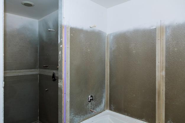 Badezimmer, das neue wohnungen fertigstellt. reparatur und installation von wasserinstallationen, wasserhähnen, wasser