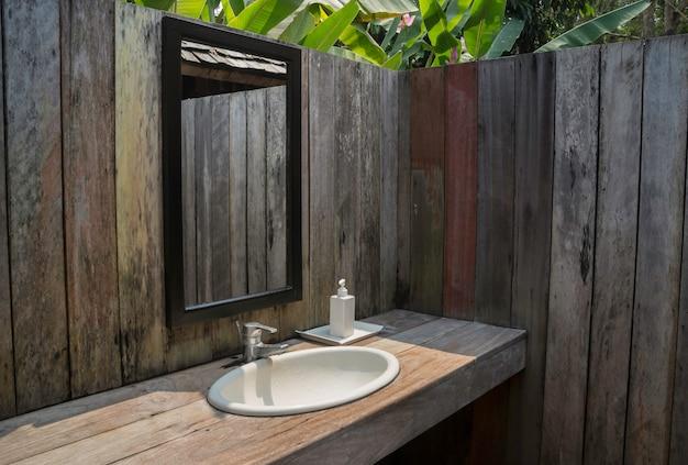 Badezimmer im freien mit tropischem garten