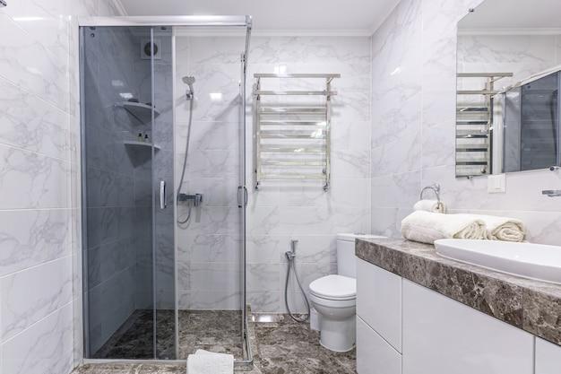 Badezimmer in einem modernen stil helle farbe