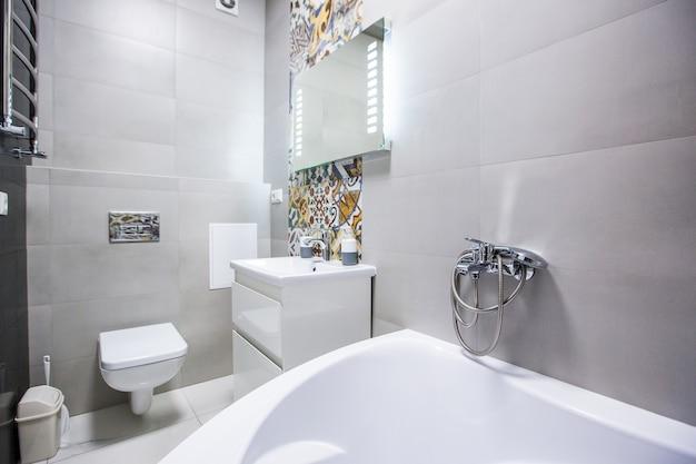 Badezimmer in hellen farben im modernen stil