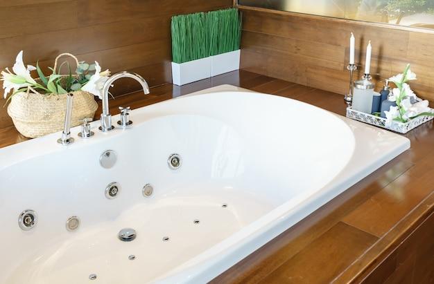 Badezimmer interieur in gemütlichen farben mit moderner badewanne