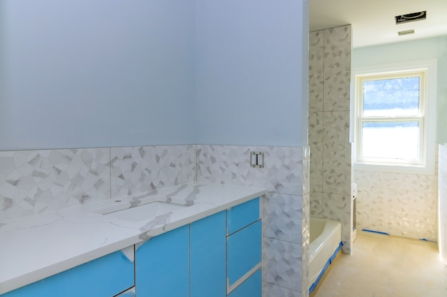 Badezimmer mit marmorwaschbecken und duschvorhang.