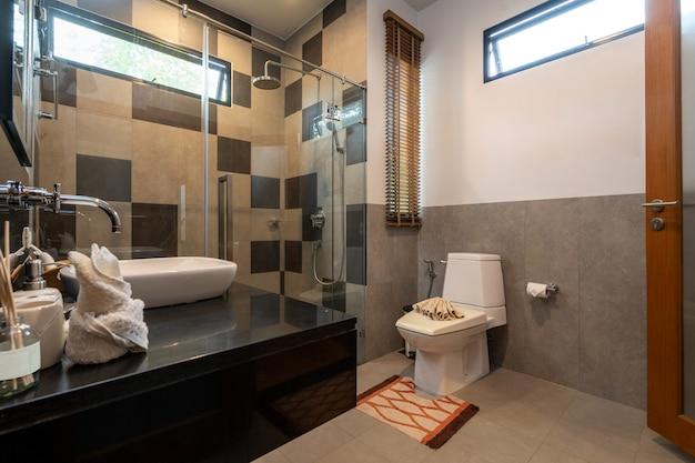 Badezimmer mit waschbecken, toilette und dusche