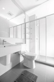 Badezimmer und sanitärkeramik. das renovierte gebäude sieht wie ein geräumiger spiegel aus.