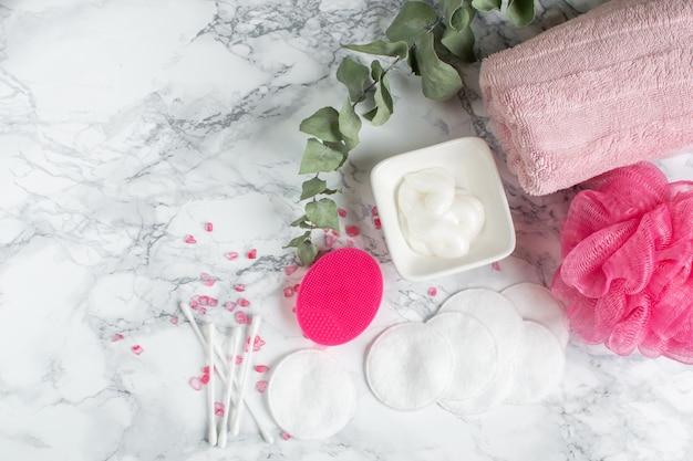 Badezimmer-zusatz-silikon-gesichtsmassage-bürsten-tuch-weiße baumwollkosmetikcreme-gel badekurort-konzept-körperpflege-draufsicht