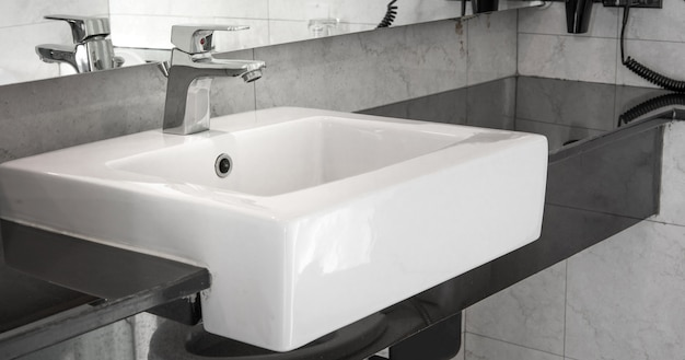 Badezimmerinnenraum mit wanne und hahn