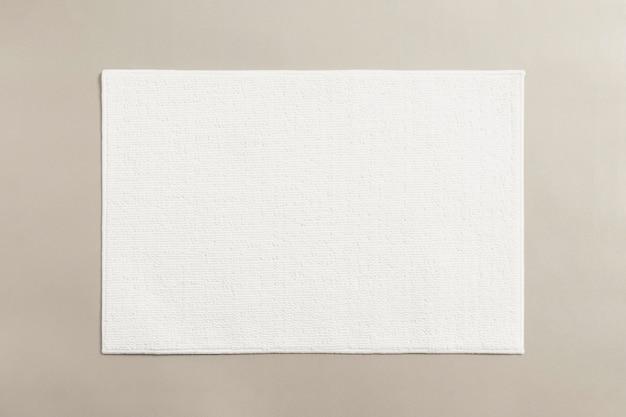 Badezimmermatte aus weißer baumwolle auf dem boden