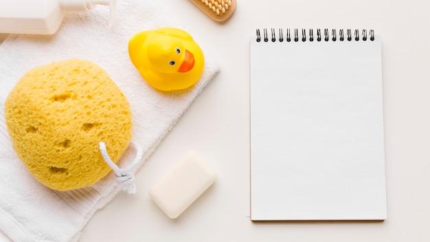 Badezusätze und leerer notizblock