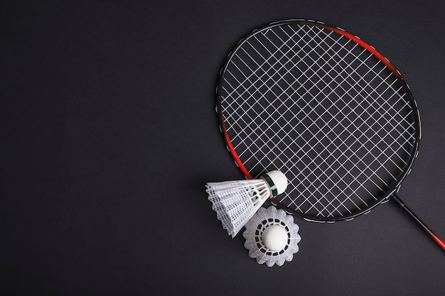 Badminton und federball auf schwarzem hintergrund
