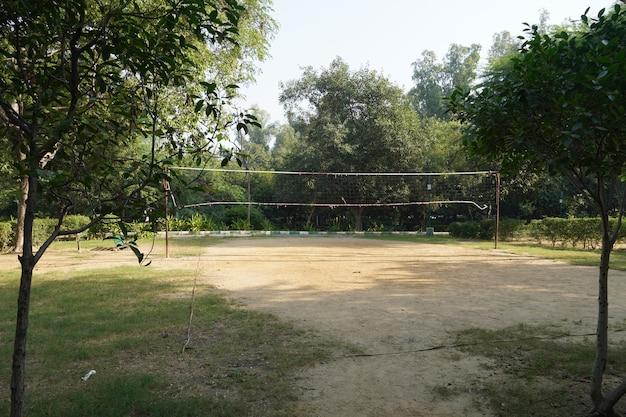 Badmintonplatz, wo leute spielen