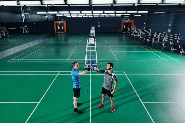 Badmintonspieler händeschütteln