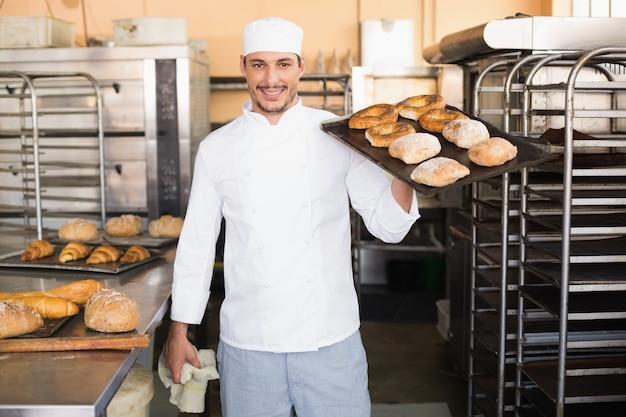 Bäcker, der behälter des brotes hält