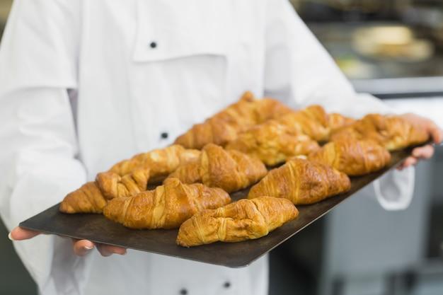 Bäcker, der einige hörnchen darstellt