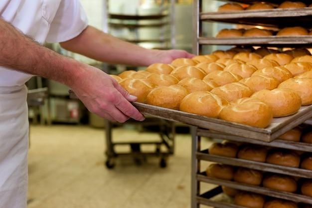 Bäcker in seiner bäckerei