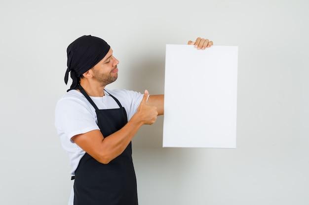 Bäcker mann, der leere leinwand hält
