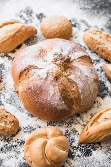 Bäckerei auf dem tisch mit mehl