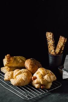 Bäckerei auf schwarzem tabellenhintergrund
