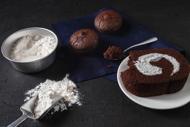Bäckerei bereiten sich für schokoladen-schokoladenkuchenkuchen vor