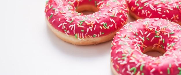Bäckerei-branding- und café-konzept gefrostet bestreute donuts süßes gebäckdessert auf marmortischoberflächen-donuts als leckere snack-draufsicht-lebensmittelmarke flach für blog-menü oder kochbuch-design