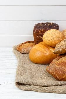 Bäckerei, brotsortiment. draufsicht der roggenbrötchen und der französischen stangenbrote