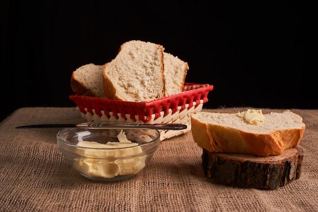 Bäckerei - goldrustikale krustige brotlaibe und brötchen auf schwarzem tafelhintergrund