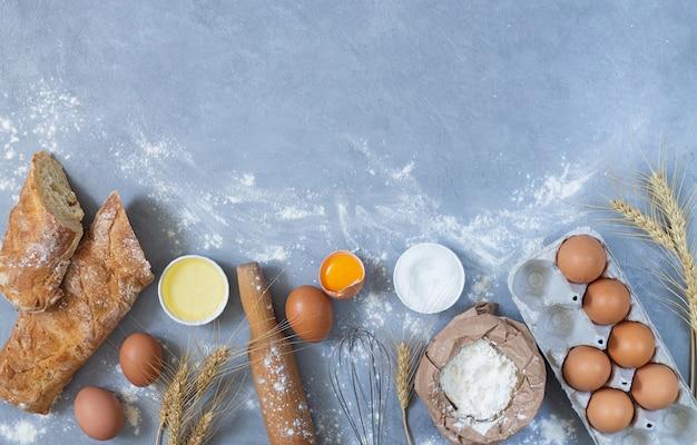 Bäckerei hintergrund mit rohen zutaten zum kochen eines kuchens