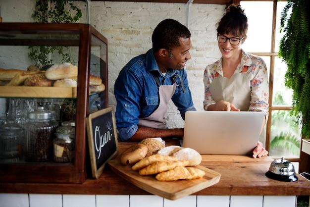 Bäckerei-shop-partnerschaften diskutieren zusammen