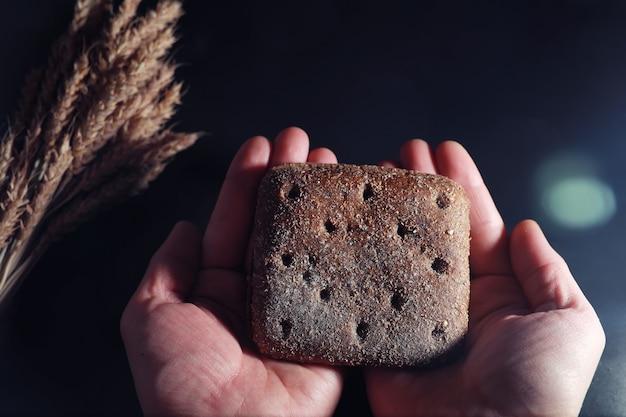 Bäckerei- und lebensmittelkonzept. frische, gesunde roggen- und weißbrotsorten essen nahaufnahme. frisches hausgemachtes brot mit getreide.