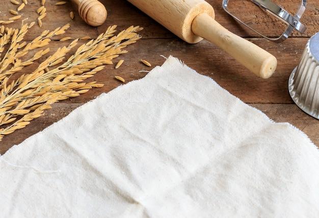 Bäckereibestandteile auf hölzerner tabelle