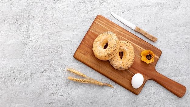 Bäckereibrotschaumgummiringe auf hölzernem brett mit blume