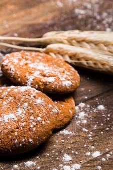 Bäckereistillleben auf hölzernem hintergrund