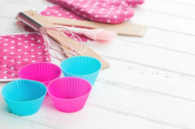 Bäckereiwerkzeuge. draufsicht des küchengeschirrs. kochen des materials flatlay mit kopienraum.