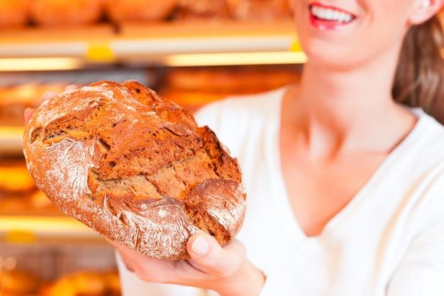 Bäckerin in ihrer bäckerei