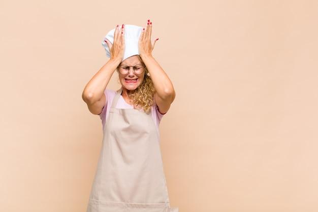 Bäckerin mittleren alters, die sich gestresst und ängstlich fühlt