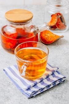 Bael-fruchtsaft oder quitten-tee und getrocknete bael-früchte