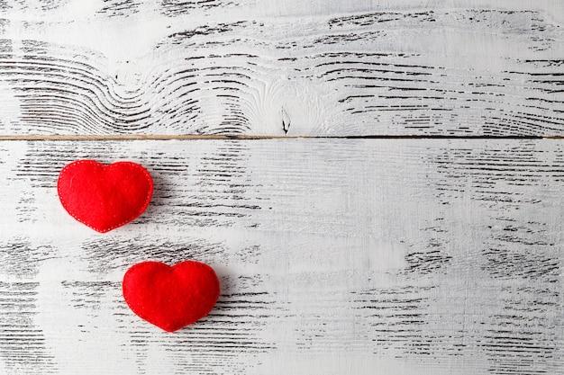 Bänder in form von herzen auf weißem valentinstagskonzept