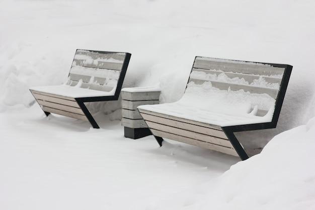 Bänke auf einer stadtstraße nach starkem schneefall