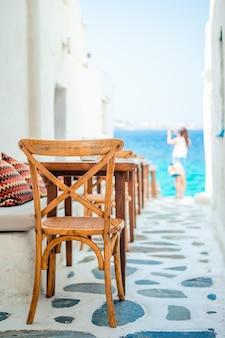 Bänke mit kissen in einem typischen griechischen café im freien