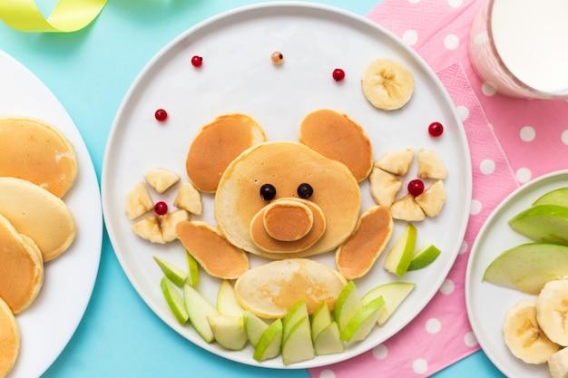 Bär aus pfannkuchen mit bananen und äpfeln