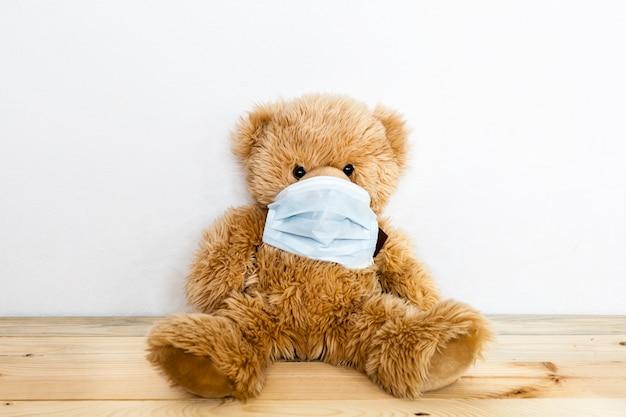 Bär krank, infektion, virus, coronavirus, 2019-ncov, spielzeugbär krank, virus und erkältungsmaske, behandlung von spielzeug und menschen, epidemie