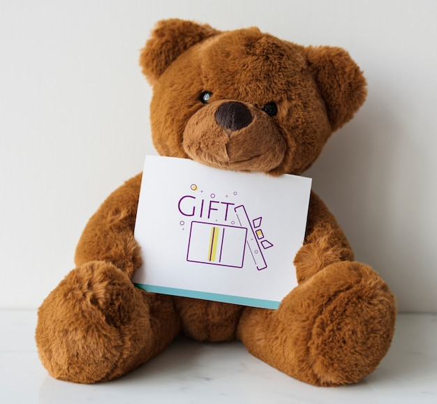 Bär puppe mit einer geschenkkarte